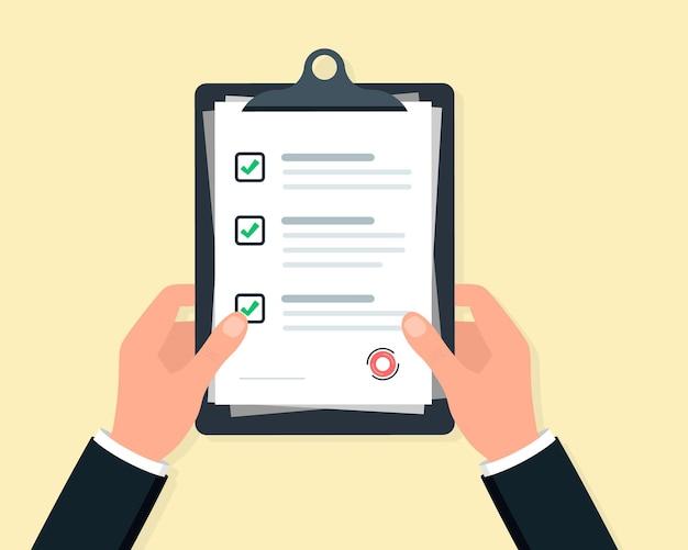 Mãos de empresário segurando uma lista de verificação da área de transferência. área de transferência com ícone de lista de verificação para web com caixas de seleção verdes