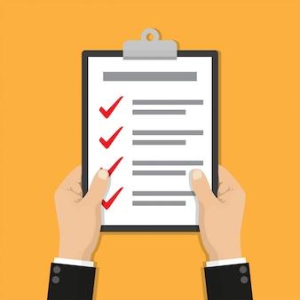 Mãos de empresário segurando uma lista de verificação da área de transferência