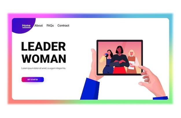 Mãos de empresário usando tablet pc discutindo com líderes de mulheres de negócios de raça mista durante videochamada conceito de comunicação virtual retrato cópia horizontal espaço ilustração vetorial