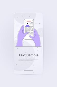 Mãos de gerente de rh escolhendo portfólio de currículo de candidato a emprego na tela do smartphone ilustração vetorial espaço vertical de cópia