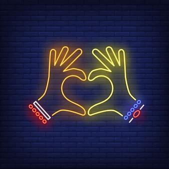 Mãos de mulher mostrando coração gesto sinal de néon
