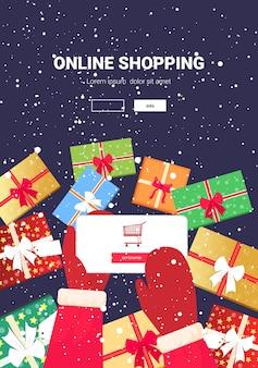 Mãos de papai noel usando aplicativo móvel conceito de compras online natal feriados celebração tela do smartphone cópia vertical espaço banner
