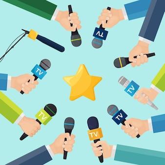 Mãos de repórteres com microfones de tv e estrela
