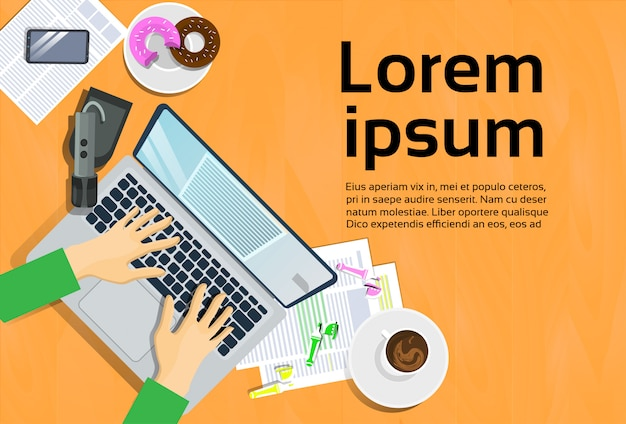 Mãos digitando no computador portátil, vista superior no telefone inteligente de mesa e notas no conceito de local de trabalho de papel