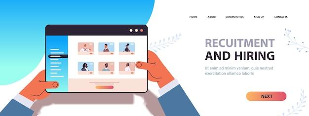 Mãos do gerente de rh escolhendo o candidato para contratação em recrutamento de pessoal de emprego conceito de pesquisa de emprego on-line