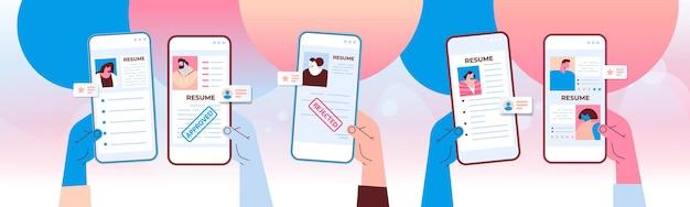 Mãos do gerente de rh escolhendo o portfólio da cv de novos funcionários candidatos a empregos em telas de smartphones recrutamento conceito de contratação ilustração vetorial horizontal