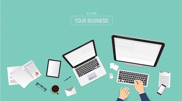 Mãos do homem de negócios usando smartphone, laptop e tablet digital.