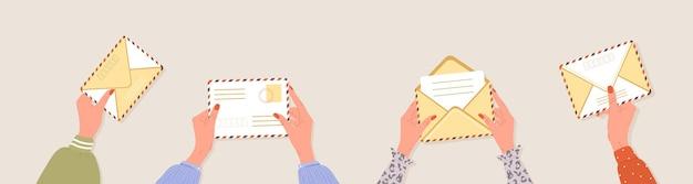 Mãos femininas segurando envelopes conceito de entrega de correspondência