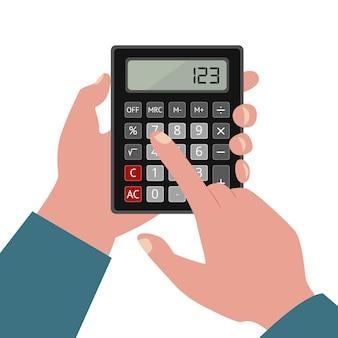 Mãos humanas seguram uma calculadora com botões e dígitos na tela.