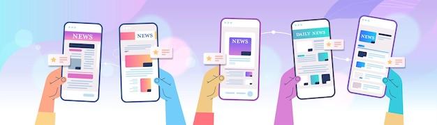 Mãos humanas usando aplicativo móvel para leitura online de jornais ou revistas nas telas dos smartphones.