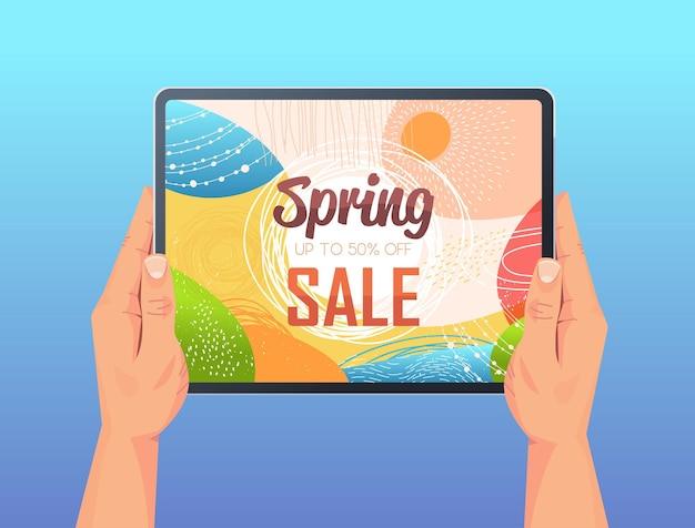 Mãos humanas usando tablet pc com folheto de banner de venda de primavera ou cartão na ilustração horizontal da tela