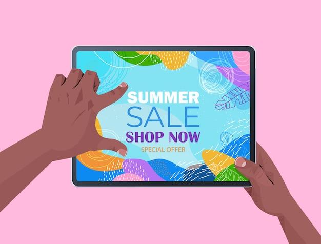 Mãos humanas usando tablet pc com folheto de banner de venda de verão ou cartão na ilustração horizontal da tela