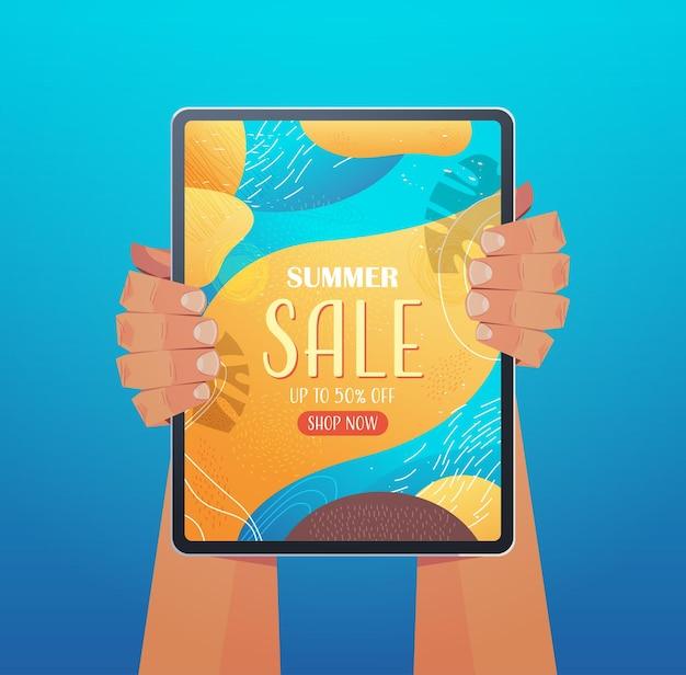 Mãos humanas usando tablet pc com folheto de banner de venda de verão ou cartão na ilustração vertical da tela