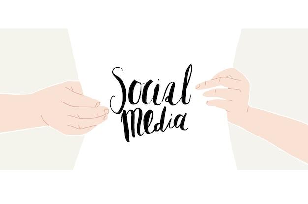 Mãos masculinas e femininas segurando uma folha de papel com escrita desenhada à mão redes sociais