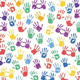 Mãos multicoloridas com design de impressões de corações do tema de braço e dedo de pessoas.