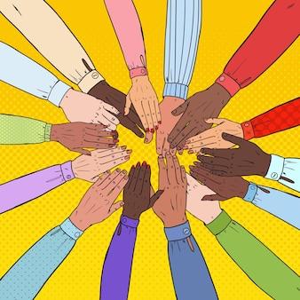 Mãos multiculturais de arte pop. trabalho em equipe multiétnico. união, parceria, conceito de amizade.