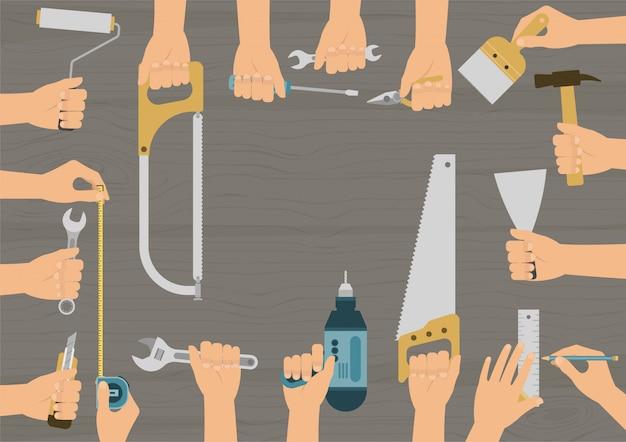 Mãos realistas segurando várias conjunto de ferramentas de mão de construção