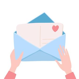 Mãos segurando, abertura, embalagem envelope com carta de amor, cartão dentro