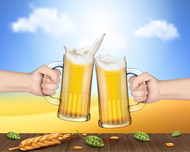 Mãos segurando canecas de vidro com cerveja levantada em torradas