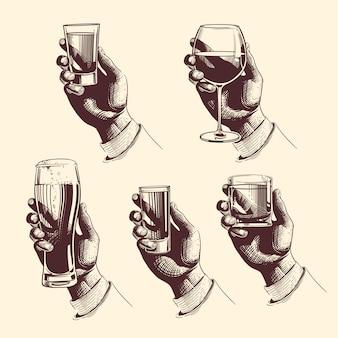 Mãos segurando copos com bebidas cerveja, tequila, vodka, rum, uísque, vinho.