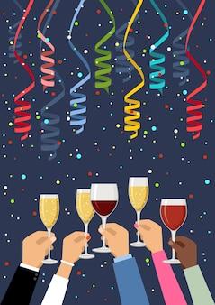 Mãos segurando taças de champanhe e vinho, comemorando