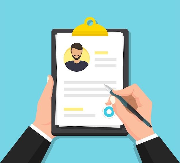 Mãos segurando um documento de currículo de homem na área de transferência em um design plano