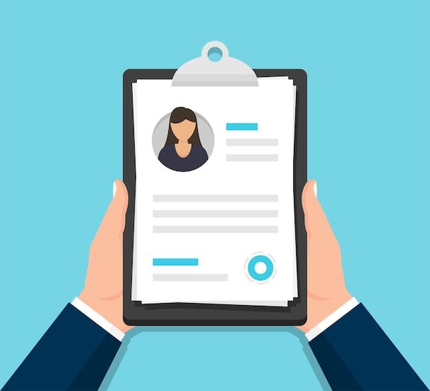 Mãos segurando um documento de currículo de mulher na área de transferência em um design plano