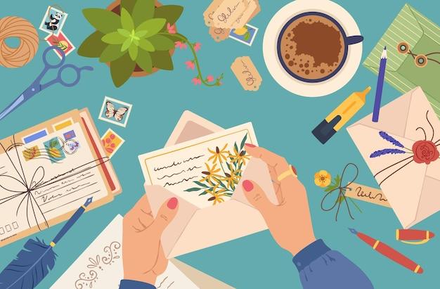 Mãos segurando um envelope com uma mulher de correio postal lendo o conceito de vetor de cartas de papel