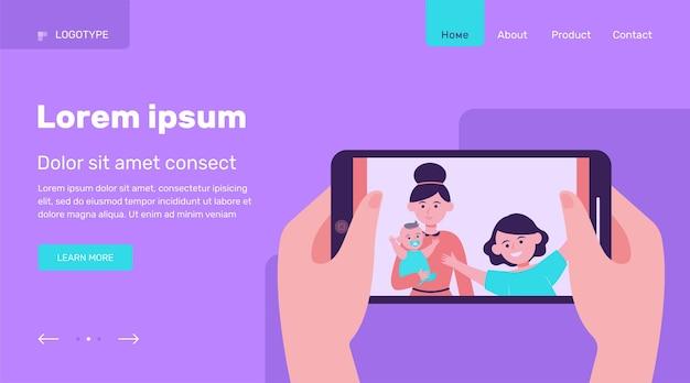 Mãos segurando um telefone com foto de família. esposa, mãe, ilustração em vetor plana filhos. conceito de tecnologia e relacionamento design de site ou página de destino