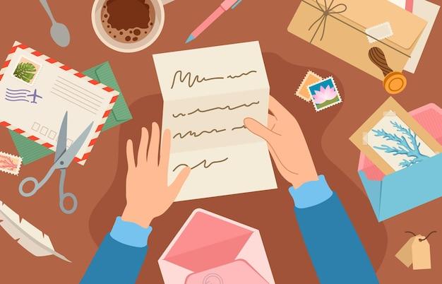 Mãos segurando uma correspondência na mesa. mulher lendo a folha de papel. cartão e envelope com selo postal mentem na mesa. enviando o conceito de vetor post. ilustração da carta de correio segurando nas mãos
