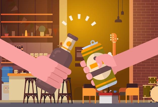 Mãos, tinindo, cerveja, pessoas, em, barzinhos bar, restaurante, torcendo, partido, celebração, festival, conceito