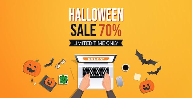 Mãos usando laptop modelo de promoção de venda feliz dia das bruxas cartão de desconto sazonal de flyer mesa vista de ângulo superior ilustração vetorial horizontal