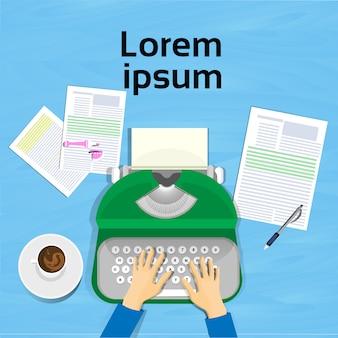 Mãos, usando, máquina escrever, ângulo superior, vista, de, escritor, local trabalho, desenho