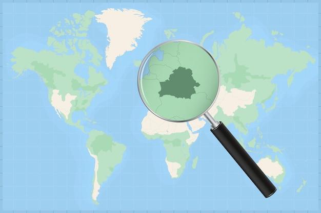 Mapa do mundo com uma lupa no mapa da bielorrússia.