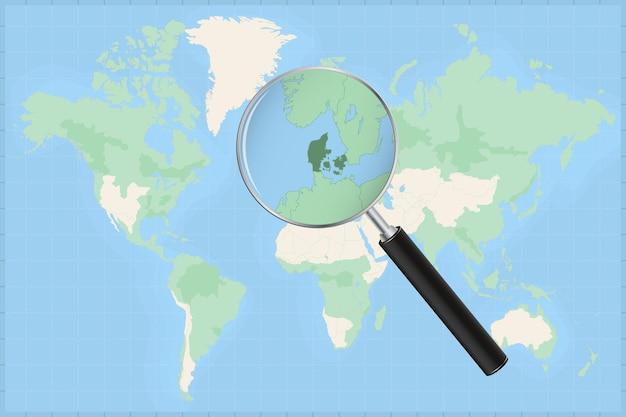 Mapa do mundo com uma lupa no mapa da dinamarca.