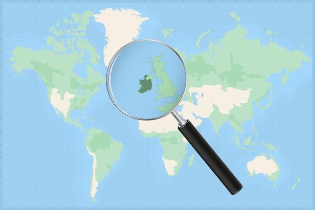 Mapa do mundo com uma lupa no mapa da irlanda.