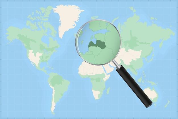 Mapa do mundo com uma lupa no mapa da letônia.