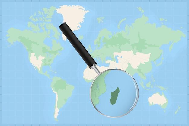 Mapa do mundo com uma lupa no mapa de madagascar.