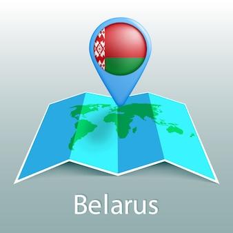 Mapa-múndi da bandeira da bielorrússia no alfinete com o nome do país em fundo cinza