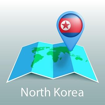 Mapa-múndi da bandeira da coreia do norte em um alfinete com o nome do país em fundo cinza
