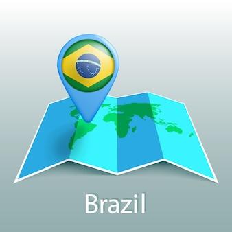 Mapa-múndi da bandeira do brasil em um alfinete com o nome do país em fundo cinza