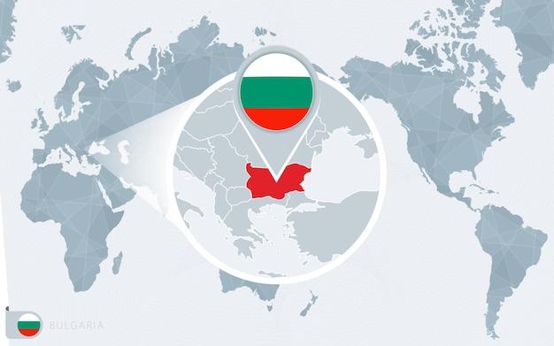 Mapa mundial centrado no pacífico com a bulgária ampliada. bandeira e mapa da bulgária.