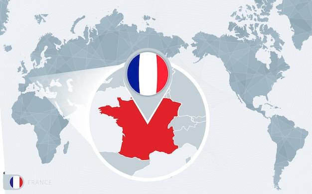 Mapa mundial centrado no pacífico com a frança ampliada. bandeira e mapa da frança.