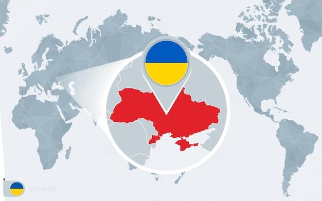 Mapa mundial centrado no pacífico com a ucrânia ampliada. bandeira e mapa da ucrânia.