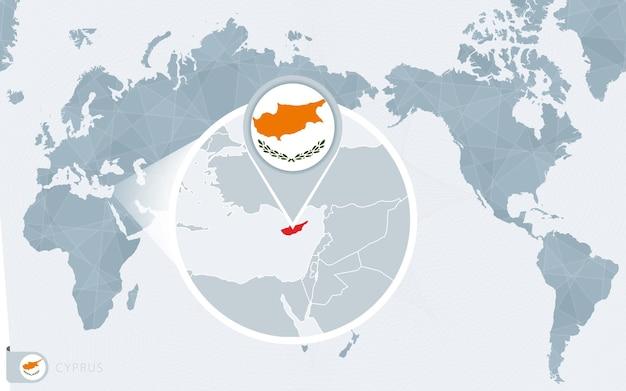 Mapa mundial centrado no pacífico com chipre ampliado. bandeira e mapa de chipre.
