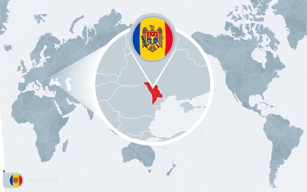 Mapa mundial centrado no pacífico com moldávia ampliada. bandeira e mapa da moldávia.