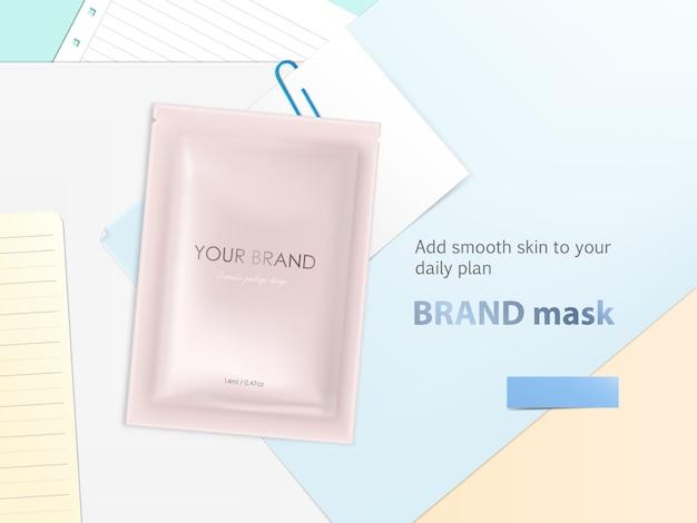 Maquete com saquinho descartável da folha, pacote em branco com máscara facial ou xampu