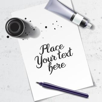 Maquete de caligrafia com pincel e frasco de tinta preta no espaço da folha de papel branca e mesa de grunge