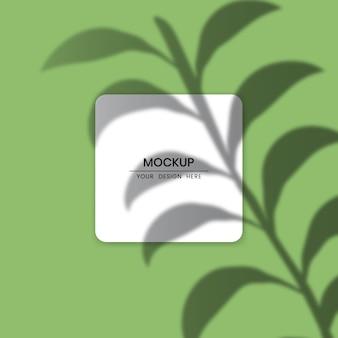 Maquete de cartão de papel branco em branco com efeito de sobreposição de sombra