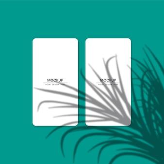 Maquete de cartões de papel branco em branco com efeito de sobreposição de sombra